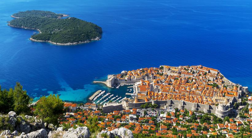 Vue aérienne de Dubrovnik et l'île de Lokrum