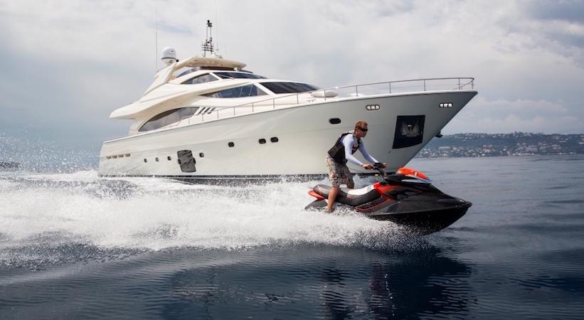 Jet ski en croisière sur un yacht à moteur